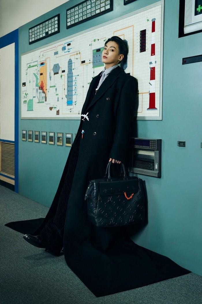 Aura seorang CEO terpancar dari Golden Maknae, Jungkook, yang mengenakan kemeja bergaris, jas hitam dan tas hitam berlogo LV. Setuju? /Photos: Courtesy of Louis Vuitton/Instagram @voguejapan