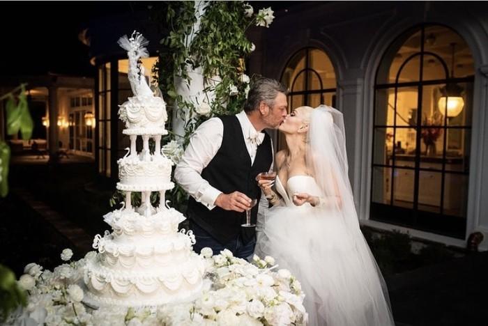 Blake Shelton dan Gwen Stefani akhirnya memutuskan untuk menikah pada Sabtu, (3/7) kemarin, setelah enam tahun bersama. Pasangan berbahagia tersebut tampak mesra berfoto didekat kue pernikahan bertingkatnya. (Foto: Instagram.com/gwenstefani)