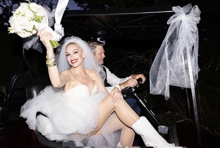 Selanjutnya potret Blake yang tampak sedang mengendarai kendaraan dengan Gwen yang tersenyum bahagia pada hari pernikahannya pun dibagikan. Gwen tetap menampilkan beauty look ciri khasnya, rambut platinum, dan lipstik merah. (Foto: instagram.com/gwenstefani)