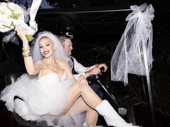 Pasangan Blake Shelton dan Gwen Stefani tampak berpose bahagia bersama Carston Daly. Seperti yang diketahui, Carston Daly menjadi orang yang dipercayaoleh keduanya untuk meresmikan pernikahan mereka pada momen pemberkatan. (Foto: instagram.com/gwenstefani)