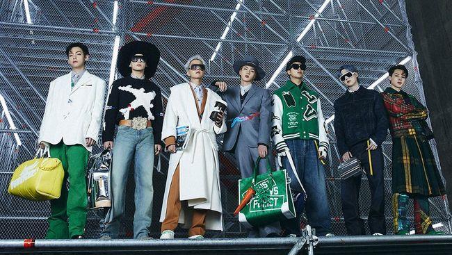 Boyband BTS membuat debut di panggung runway dengan memamerkan koleksi baru Louis Vuitton di Seoul, Korea Selatan.