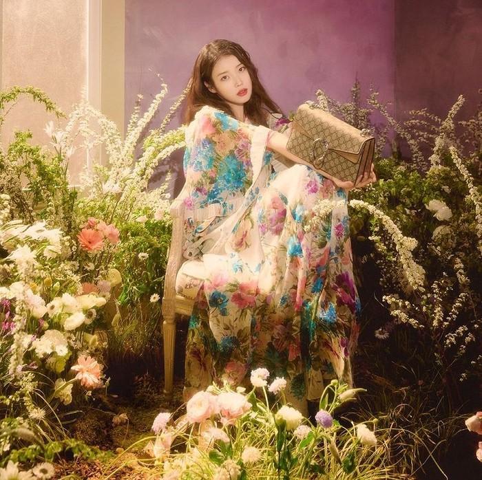 Cantik dengan latar belakang bunga, kali ini IU bersama Dionysus Small GG Shoulder Bag yang terinspirasi dari Dewa Yunani. Harganya 2450 USD. /Foto: instagram.com/Gucci