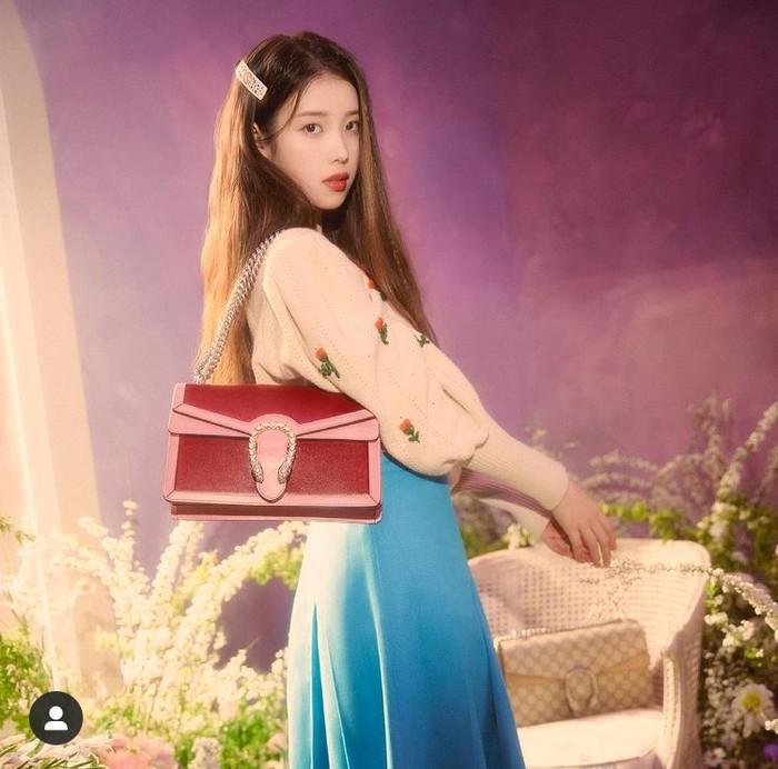 IU tampak cantik menggunakan Dionysus Small Shoulder Bag berwarna merah ruby dan pink. Harga tas ini dibanderol dengan harga 2890 USD. /Foto: instagram.com/Gucci