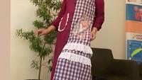 <p>Elly Sugigi juga mengenakan outfit dengan padu padan tabrak motif. Seperti corak plaid yang dipadu dengan warna polos pada gamisnya. (Foto: Instagram: @ellysugigi_real_)</p>