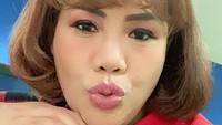 <p>Wanita kelahiran Jakarta, 16 Oktober 1971 ini memangkas rambutnya jadi sangat pendek, Bunda. Ia juga telah menyemir rambutnya dengan warna kecoklatan. Banyak penggemar menilainya terlihat lebih imut dan awet muda. (Foto: Instagram: @ellysugigi_real_)</p>