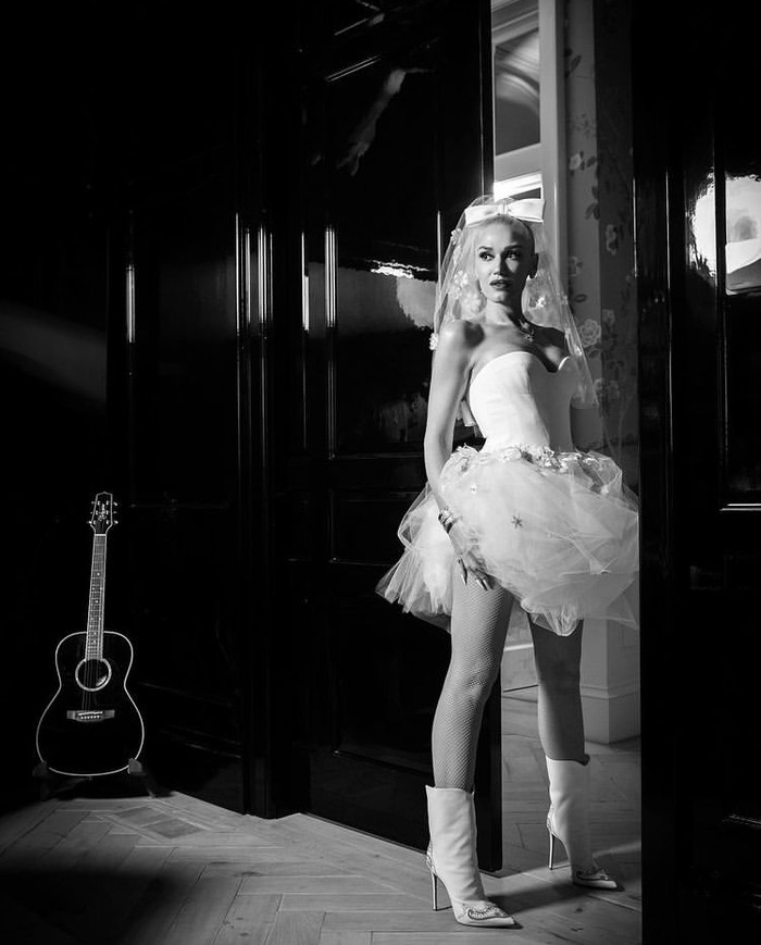 Gaun karya desainer Vera Wang dikenakan Gwen Stefani di hari pernikahannya kemarin. Veil dengan pita putih tidak hanya membuatnya semakin cantik, tapi juga unik. Penampilan tidak biasanya ini terkesan edgy dengan boots putihnya. (Foto: instagram.com/gwenstefani)