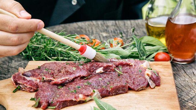 Olah daging kurban seperti sapi, kambing, dan domba sebelum di masak agar tidak alot. Berikut trik mudah membuat daging kurban cepat empuk.