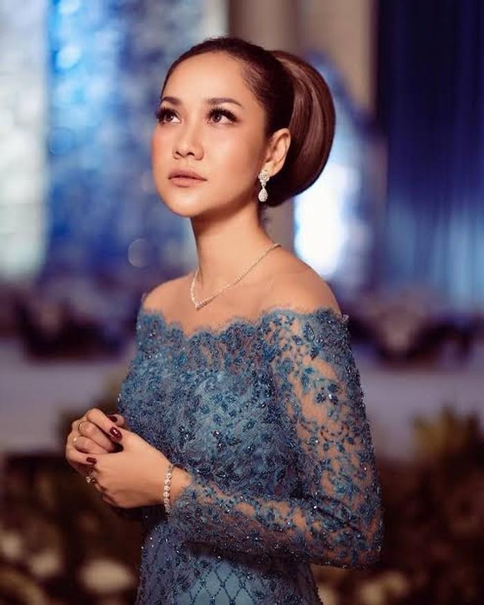 Kebaya karya Didiet Maulana ini cocok untuk acara lamaran di malam hari. Kebaya penuh payet berwarna biru kontras dengan kulit yang cerah membuatmu jadi pusat perhatian. Kerah sabrina menambah kesan anggun dan dewasa. (Foto: twitter.com/didietmaulana)