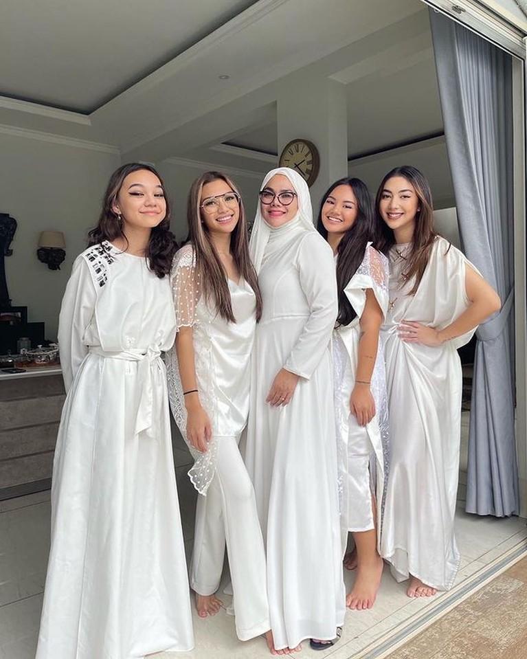 Meski putri sulung Sarita Abdul Mukti bukan anak kandung Faisal Harris namun semua anak-anaknya tetap kompak. Yuk intip!