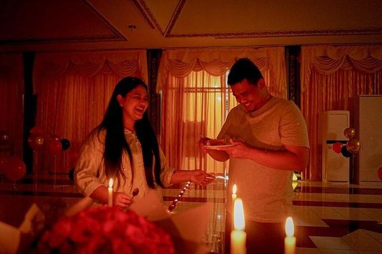 Bobby Nasution suami Kahiyang Ayu baru saja mendapatkan kejutan dari sang istri karena berulang tahun. Yuk kita intip perayaanya!