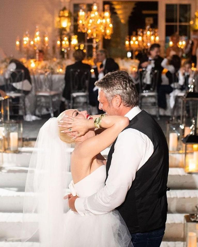 Kabar bahagia datang dari pasangan bintang Hollywood, Gwen Stefani dan Blake Shelton baru saja menikah. Yuk intip momen pernikahannya!