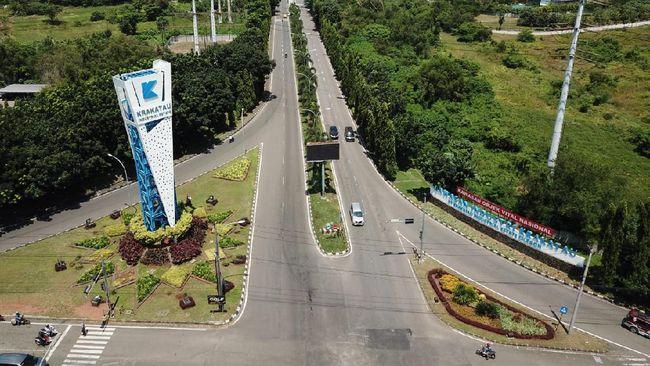 Provinsi Banten setidaknya memiliki 20 kawasan industri, beberapa di antaranya masih sangat aktif dan menjadi pusat produksi barang dan jasa.