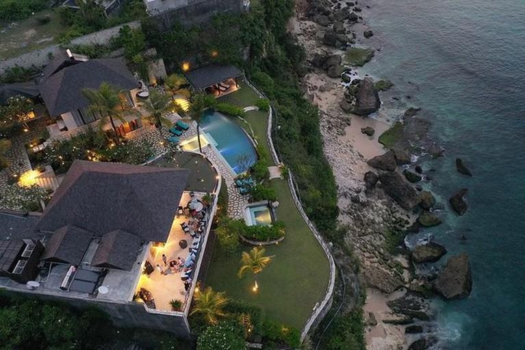 Maia Estianty mengunggah sebuah video tour ruangan yang ada di villa mewah Irwan Mussry di Bali. Yuk kita tengok!
