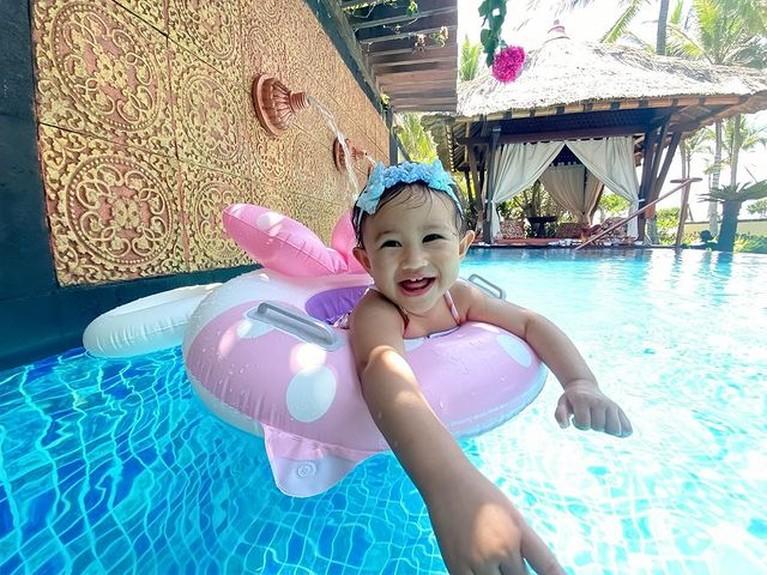 Khalisa putri Kartika Putri dan Habib Usman tampaknya hobi bermain air. Yuk kita intip potret lucunya pakai pakaian renang!