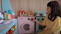 <p>Tak hanya itu, ada juga mesin cuci kecil lengkap dengan tempat jemuran yang bisa digunakan anaknya untuk belajar mencuci pakaian. (Foto: YouTube Shandy Aulia)</p>