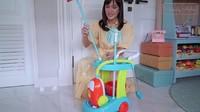 <p>Salah satu peralatan rumah tangga yang disiapkan Shandy untuk anaknya adalah vacum cleaner mainan. Shandy mengatakan bahwa Claire juga suka bersih-bersih nih. (Foto: YouTube Shandy Aulia)</p>