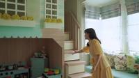 <p>Selain perlengkapan main, Shandy juga menyiapkan rumah-rumahan kecil yang dilengkapi dengan tangga serbaguna dan seluncur kayu. (Foto: YouTube Shandy Aulia)</p>