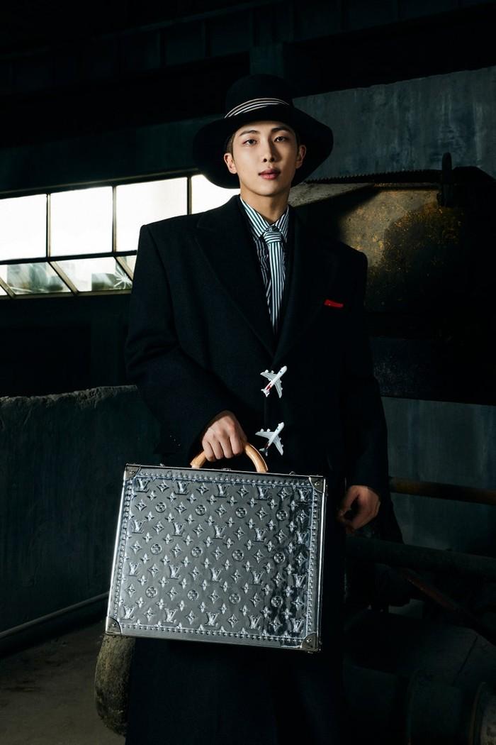 Sang leader Kim Namjoon terlihat menawan mengenakan jas hitam dan tas berlogo Louis Vuitton. /Photos: Courtesy of Louis Vuitton/Instagram @voguejapan