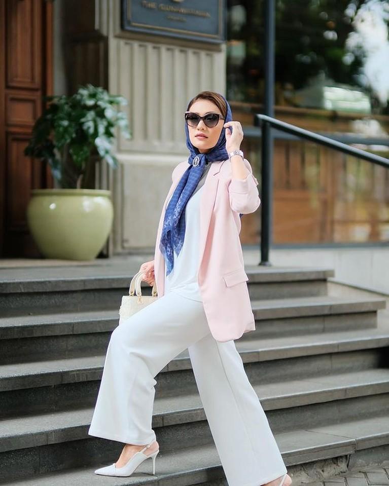 Anisa Aziza istri Raditya Dika tampak bergaya menggunakan kerudung perlihatkan poni ala ibu pejabat sosialita. Yuk intip!