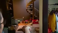 <p>Kamar lama Ussy kini ditempati oleh adiknya. Jika Bunda lihat, di dalamnya ada tangga. Tangga itu yang menjadi penghubung ke ruang wardrobe. (Foto: YouTube Ussy Andhika)</p>