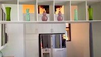 <p>Bagian dapur di rumah lama Ussy, desainnya modern ya, Bunda. (Foto: YouTube Ussy Andhika)</p>
