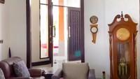 <p>Ruang tengah rumah lama Ussy, diisi dengan sofa serta perabot mewah lainnya. (Foto: YouTube Ussy Andhika)</p>