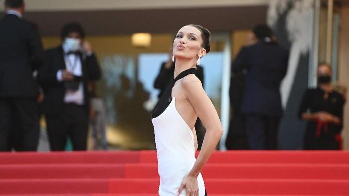 5 Tampilan Glamor Bella Hadid di Red Carpet, Tetap Stylish Meski Pakai Kalung yang Aneh dan Ngeri