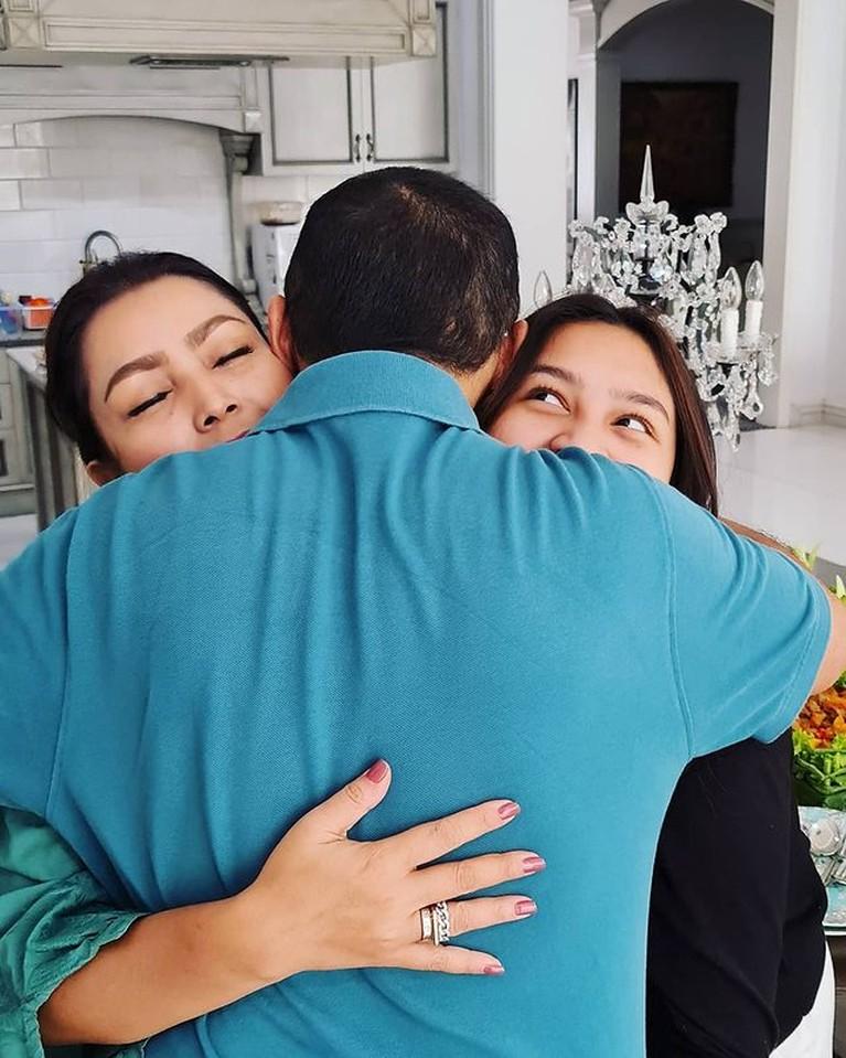 Mayangsari & Bambang Trihatmodjo Tampil Mesra Saat Rayakan 21 Tahun Pernikahan
