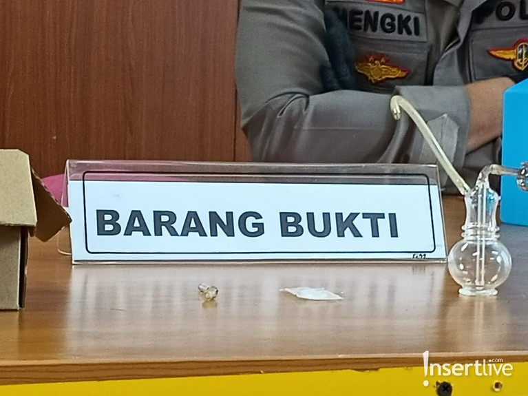 Nia Ramadhani dan Ardi Bakrie telah resmi menjadi tersangka atas kasus narkoba. Yuk kita intip barang bukti yang mereka kenakan!