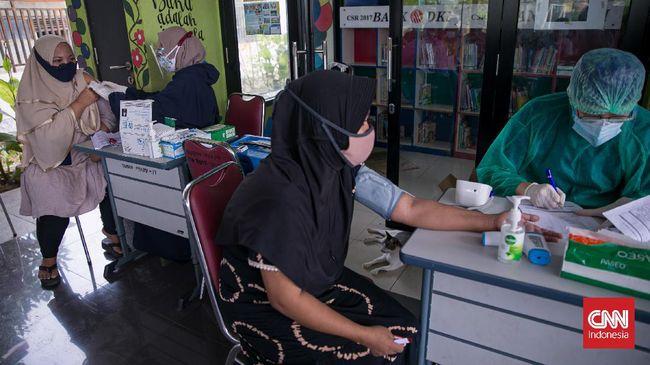 Seorang ibu di Sumenep memarahi Wakil Bupati Dewi Khalifah saat penyaluran bansos tunai. Dia marah karena menolak divaksin dan rela bansosnya tidak cair.
