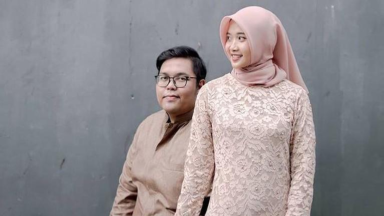 Adik Asri Welas, Puguh Yuniantoko meninggal dunia jelang acara pernikahannya. Sang calon istri pun menangis di makam Puguh. Yuk intip!