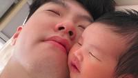 <p>Rutinitas pagi si kecil Jihwani, tiduran bersama sang ayah. (Foto: Instagram @jameski92)</p>