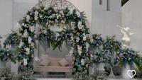 <p>Pada bagian pelaminan, diisi dengan sebuah sofa berwarna dusty pink, Bunda. Bagian atas pun dihiasi dengan bunga-bunga ungu, putih, dan biru. (Foto: Instagram: @amarisdekor)</p>