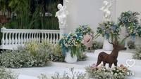 <p>Pemiliki Amaris Dekorasi ini mengubah tanah kosong menjadi taman bunga bernuansa putih, lho. Pesta pernikahan pun bak terjadi di negeri dongeng, Bunda. (Foto: Instagram: @amarisdekor)</p>