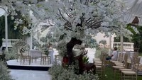 <p>Jalanan pun dilapisi dengan lantai putih, Bunda. Untuk mempercantik, diletakkan pula pepohonan dengan bunga berwarna senada. Indah banget, ya! (Foto: Instagram: @amarisdekor)</p>