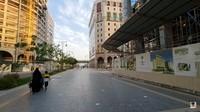 <p>Di sepanjang trotoar, tak banyak warga yang berjalan kaki. Mereka telah mengurangi aktivitas di luar rumah. (Foto: YouTube Alman Mulyana)</p>