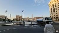 <p>Sementara itu di Madinah, suasa kota tampak lebih sepi dari biasanya. Hanya terdapat beberapa petugaas yang bekerja membersihkan kota dengan memakai desinfektan. (Foto: YouTube Alman Mulyana)</p>