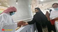 <p>Jemaah yang tengah melakukan ibadah umrah juga bisa mendapatkan buah-buahan khas Timur Tengah ketika melakukan tawaf. (Foto: YouTube Faiz Slamet)</p>