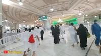 <p>Suasana Masjidil Haram cenderung terlihat lebih sepi sejak adanya pandemi COVID-19. Menjelang ibadah haji 2021, tidak banyak jemaah yang berada di Tanah Suci. (Foto: YouTube Faiz Slamet)</p>