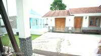 <p>Saking luasnya, Pasha Ungu bahkan memiliki bangunan terpisah berupamusala dan kamar singgah untuk para tamu yang menginap. Seperti vila, nih. (Foto: YouTube Shanty Denny)</p>