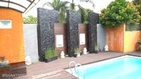 <p>Di bagian belakang, Pasha Ungu dan Adelia memiliki kolam renang besar yang didekorasi menyerupai kolam renang villa. Sejuk banget, Bunda! (Foto: YouTube Shanty Denny)</p>
