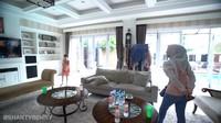<p>Rumah Pasha Ungu didominasi dengan interior bernuansa putih. Area utama di rumah mereka dijadikan sebagai tempat berkumpulnya keluarga. Pasha juga menghiasi sudut ruangan dengan dekorasi antik seperti wayang dan figura foto. (Foto: YouTube Shanty Denny)</p>