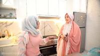 <p>Dapur minimalis nan elegan menjadi tempat Adelia Pasha memasak. Dapurnya dilengkapi dengan kulkas besar dan berbagai lemari kabinet untuk menyimpan perabotan. (Foto: YouTube Shanty Denny)</p>