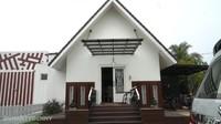 <p>Pasha Ungu dan istrinya memiliki rumah singgah di Cinere. Namun hunian utama mereka berlokasi di Bogor, Jawa Barat. Mereka menempati area seluas 6.000 meter persegi, Bunda. (Foto: YouTube Shanty Denny)</p>