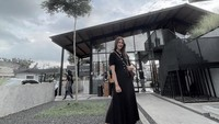 <p>Tak hanya mini dress, model asal Semarang itu juga tampak elegan dalam balutan maxi dress lho. Penampilannya terlihat lebih anggun dengan potongan baju panjang. (Foto: Instagram: @paula_verhoeven)</p>