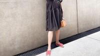<p>Salah satu outfit yang dikenakannya adalah mini dress berwarna hitam dengan siluet oversized. Ia memadukannya bersama handbag dan slip on shoes berwarna oranye serta kacamata hitam. (Foto: Instagram: @paula_verhoeven)</p>