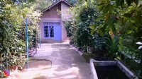 <p>Ibra kemudian mengunjungi sebuah rumah yang berada di puncak, Bunda. Di sekeliling rumah ditanami dengan pohon cengkih, jeruk, dan juga pisang. Tak hanya itu, rumah juga dilengkapi dengan kolam ikan, lho. (Foto: YouTube Ibra Muhammad Ijal)</p>