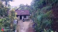<p>Ternyata beberapa rumah yang sudah dibuat dari bata memiliki gerbang yang dibuat dari bambu, lho. Unik banget ya, Bunda! (Foto: YouTube Ibra Muhammad Ijal)</p>