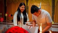 <p>Sang istri, Kahiyang Ayu memberikan kejutan romantis untuk Bobby di hari istimewanya itu. Meski dirayakan hanya berdua dan sederhana,rona kebahagiaan tetap memancar dari wajah Bobby ya. (Foto: Instagram @bobbynst)</p>
