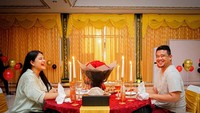 <p>Kejutannya berupa dinner romantis di rumah dinas Bobby Nasution. Desain khas Sumatera Utara nampak memeriahkan acara ulang tahun tersebut. (Foto: Instagram @bobbynst)</p>